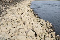 Orilla del río de piedra Fotos de archivo
