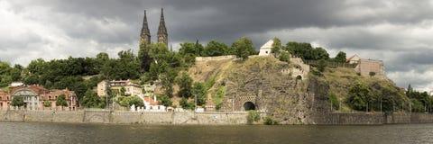 Orilla del río de Praga en el relámpago dramático Imagen de archivo libre de regalías
