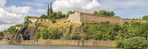 Orilla del río de Praga en el relámpago dramático Fotografía de archivo libre de regalías