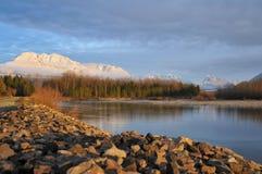 Orilla del río de Skykomish imagenes de archivo