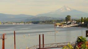 Orilla del río el río Columbia Mt Hood Portland Oregon los E.E.U.U. almacen de metraje de vídeo