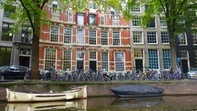 Orilla del río Rhine, barcos, bicis y edificios históricos Fotografía de archivo libre de regalías