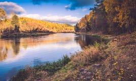 Orilla del río en caída Fotos de archivo