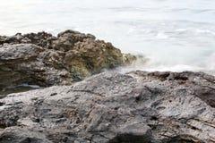 Orilla egea en la isla de Grecia, de Thassos - ondas y rocas Fotos de archivo