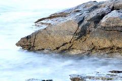 Orilla egea en la isla de Grecia, de Thassos - ondas y rocas Imagen de archivo libre de regalías