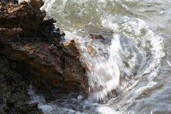 Orilla egea en la isla de Grecia, de Thassos - ondas y rocas Fotografía de archivo libre de regalías