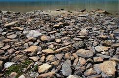 Orilla empedrada del lago imagen de archivo