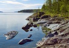 Orilla pedregosa del lago ladoga Foto de archivo libre de regalías