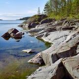 Orilla pedregosa del lago ladoga Imagen de archivo