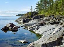Orilla pedregosa del lago ladoga Fotos de archivo libres de regalías