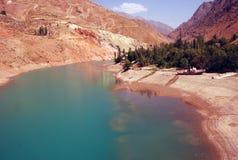 Orilla profunda del lago en Uzbekistán en agosto Fotografía de archivo