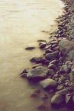 orilla Roca-alineada del lago Fotografía de archivo libre de regalías