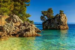 Orilla rocosa con la agua de mar cristalina, Brela, Dalmacia, Croacia Fotografía de archivo libre de regalías