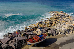 Orilla rocosa con las ondas cristalinas, Liguria, Italia del puerto deportivo de Deiva Foto de archivo