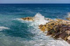 Orilla rocosa con las ondas cristalinas, Liguria, Italia del puerto deportivo de Deiva Imágenes de archivo libres de regalías