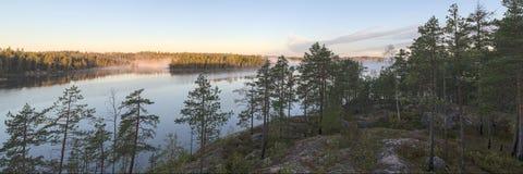Orilla rocosa del lago Imagenes de archivo