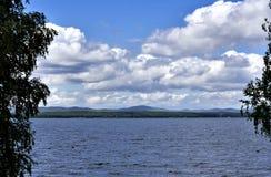Orilla rocosa del lago, a través del agua clara usted puede ver la parte inferior Fotografía de archivo