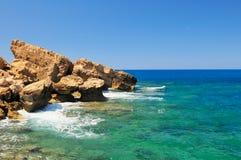 Orilla rocosa del mar Fotos de archivo libres de regalías
