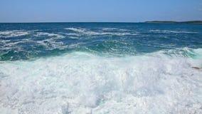 Orilla rocosa del mar adriático después de la cámara lenta de la tormenta de 120fps almacen de video
