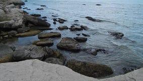 Orilla rocosa del mar Caspio almacen de video