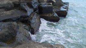 Orilla rocosa del mar Caspio almacen de metraje de vídeo