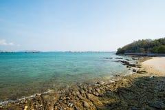 Orilla rocosa del mar en el cielo despejado Imágenes de archivo libres de regalías