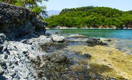Orilla rocosa del mar Mediterráneo Phaselis Turquía Imágenes de archivo libres de regalías