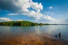 Orilla rocosa del normando del lago, en el parque de la ficha, en Cornelio, del norte imagen de archivo libre de regalías