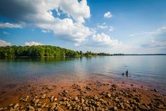 Orilla rocosa del normando del lago, en el parque de la ficha, en Cornelio, del norte imagen de archivo