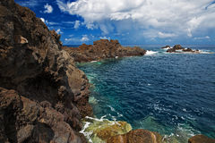 Orilla rocosa del Océano Atlántico foto de archivo libre de regalías