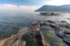 Orilla rocosa del río de StLawrence en el Puerto-au-Persil, Quebec fotos de archivo