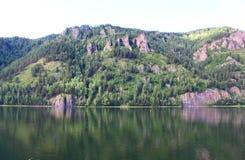 Orilla rocosa del río Yeniséi Fotografía de archivo