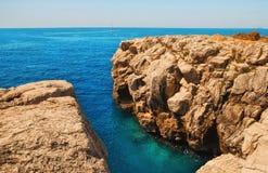 Orilla rocosa en la isla de Lokrum fotografía de archivo libre de regalías