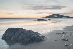 Orilla rocosa en la puesta del sol Imagen de archivo libre de regalías