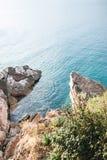 Orilla rocosa y el mar fotografía de archivo