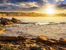 Orilla rocosa y una playa del Mar Negro en la puesta del sol Imágenes de archivo libres de regalías