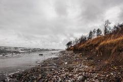 Orilla salvaje del mar tempestuoso Fotos de archivo libres de regalías