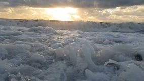 Orilla tempestuosa con el guijarro del Mar Negro en un día nublado en verano en el slo-MES metrajes