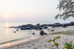 Orilla tropical en la puesta del sol Fotos de archivo libres de regalías