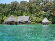 Orilla tropical enorme con el centro turístico del eco sobre el mar fotografía de archivo libre de regalías