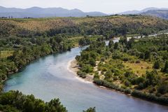 Orilla verde del río de Neretva desde arriba de Pocitelj, de Bosnia y de Hercegovina Foto de archivo libre de regalías