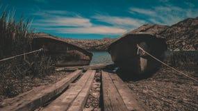 Orilla y barcos del lago imagen de archivo libre de regalías