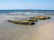 Orilla y naves de mar Foto de archivo