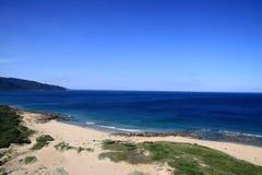 Orilla y océano y cielo azules Fotografía de archivo