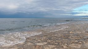 Orilla y ondas de mar que golpean la orilla almacen de metraje de vídeo