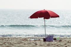 Orilla y parasol de playa Fotografía de archivo libre de regalías