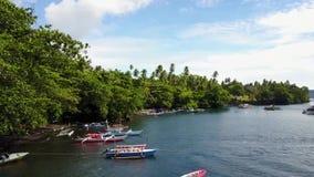 Orilla y pueblo en la isla en el estrecho de Lembeh