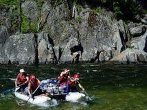 Orillas de Rocky y repisas de la roca que forman rápidos en el río de Urik en el Sayan del este Fotografía de archivo libre de regalías