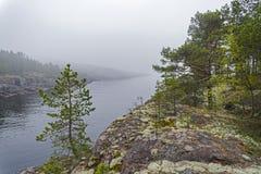 Orillas del granito del lago Ladoga en la niebla Karelia, Rusia Fotos de archivo libres de regalías