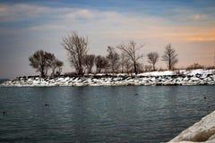 A orillas del lago fotos de archivo